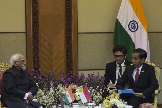 President Joko Widodo (right) with Vice President of India Mohammad Hamid Ansari (left) in a bilateral meeting which is held in a series of the 2017 IORA Summit events.