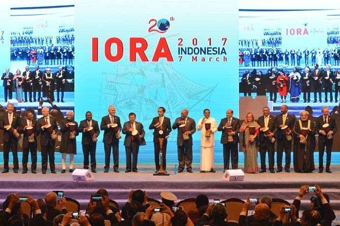 President Joko Widodo (eighth right), Prime Minister of Malaysia Najib Razak (third left), Vice President of India Mohammad Hamid Ansari (fourth left),President of Mozambique Filipe Nyusi (fifth left), Prime Minister of Australia Malcolm Turnbull (sixth left), Indonesian Vice President Jusuf Kalla (seventh left), President of South Africa Jacob Zuma (eighth right), President of Yemen Abd Rabbuh Mansur Hadi (sixth right), and a number of heads of state of IORA Member States beat 'tifa', which is a traditional musical instrument during the opening ceremony of the IORA Leaders' Summit.