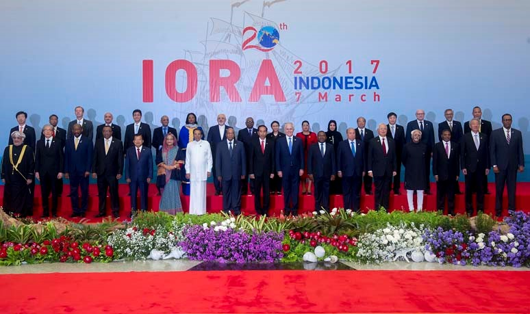 President Joko Widodo (center), Australian Prime Minister Malcolm Turnbull (eighth right), President of South Africa Jacob Zuma (eighth left), President of Sri Lanka Maithripala Sirisena (seventh left), Prime Minister of Bangladesh Hasina Wajed (sixth left), President of Mozambique Filipe Nyusi (seventh right), President of Yemen Abd Rabbuh Mansur Hadi (sixth right), Prime Minister of Malaysia Najib Razak (fifth right), Indonesian Vice President Jusuf Kalla (fifth left), Indian Vice President Mohammad Hamid Ansari (fourth right), as well as a number of Heads of State, and Foreign Affairs Ministers of IORA Member States, and Heads of other international organizations in a group photo before the opening of the IORA Leaders' Summit.