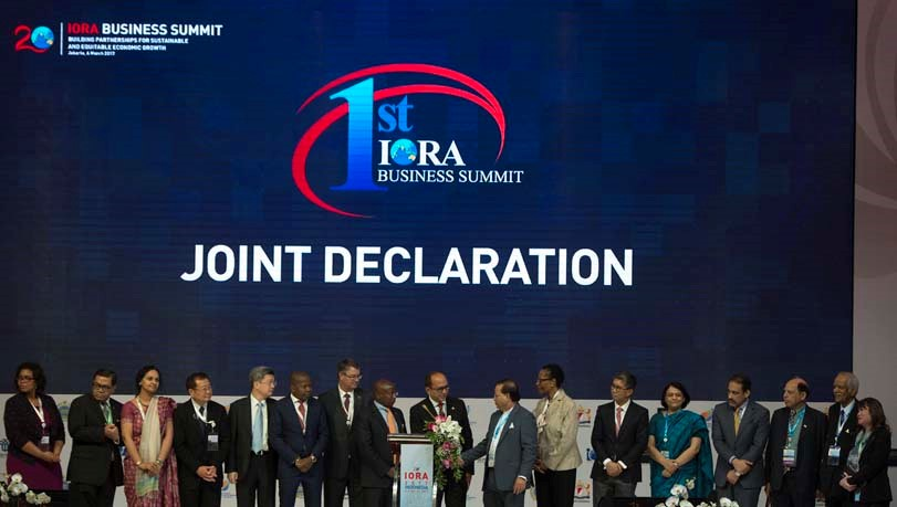 Chairman of Indonesian Chamber of Commerce and Industry (Kadin) Perkasa Roeslani (center) and the representatives of chambers of commerce of IORA Member States undertake the joint declaration in the IORA Business Summit.