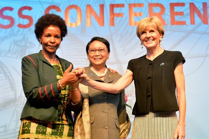 Indonesian Foreign Minister Retno Marsudi (center), South Africa's Minister of International Relations and Cooperation Maite Nkoana-Mashabane (left), and Australian Foreign Minister Julie Bishop (right) pose for a group photo after delivering a press statement on the result of the Council of Ministers Meeting which was held in a series of events during the IORA Leaders' Summit 2017.